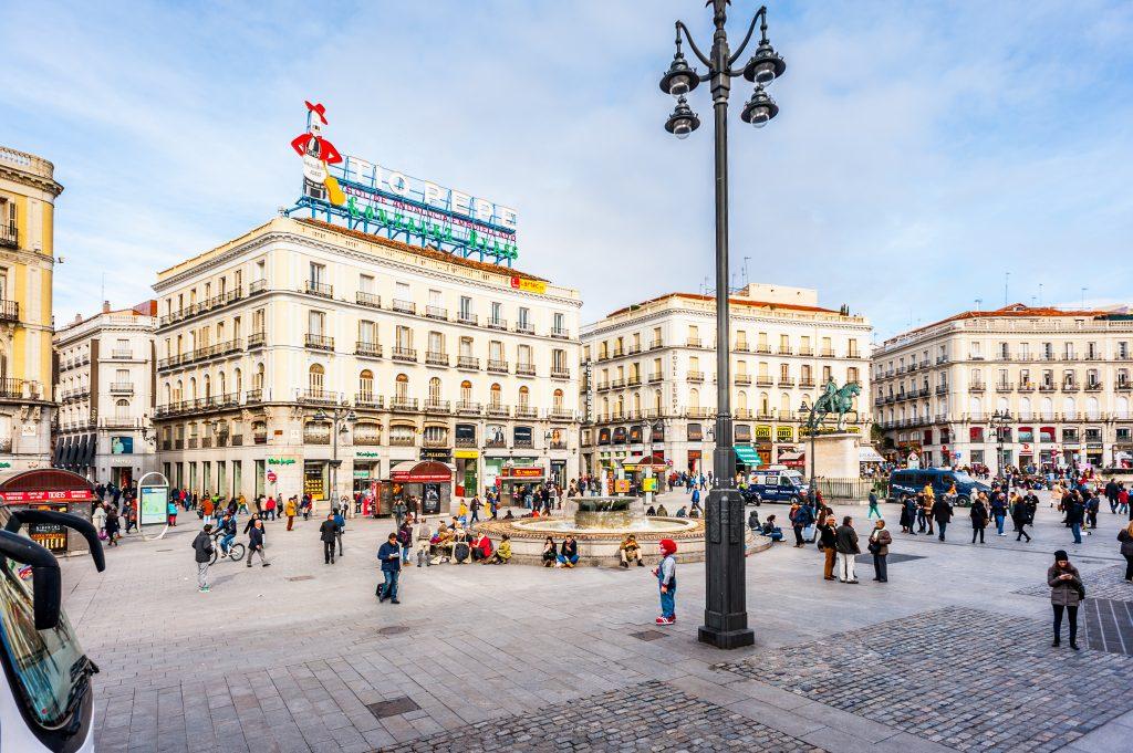 Plaza de la puerta del sol la plaza m s conocida e for Puerta del sol 2017